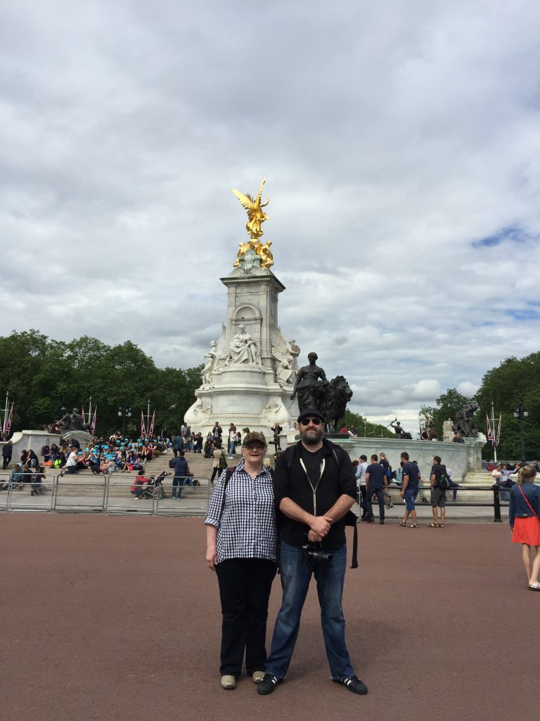 Matt-Mom Buckingham Palace Statue 6-16-2016